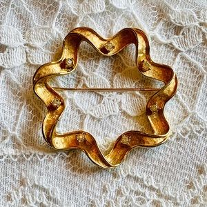 Sarah Coventry Bow Wreath Brooch